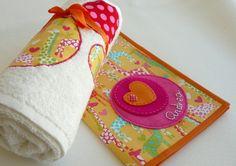 Set para bebé: funda cartilla + toalla mod. / punt a punt - Artesanio