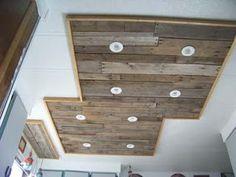 Éclairage dans une cuisine utilisant des planches de palettes en bois (2)