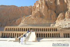 Foto da fachada principal do Templo mortuário da Rainha Hatshepsut