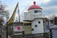 Tegenover het Visserijmuseum staat een replica van een 17e-eeuwse eikenhouten stadskraan waarmee in vroeger tijden de gevulde haringtonnen en andere zware lasten uit de schepen werden getild.