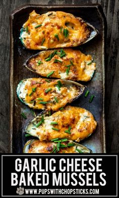Super simple and easy to make garlic cheese baked mussels recipe filled with a garlicky cream cheese topped with aged or smoked cheddar Fantastic as an appetizer or as a snack with some drinks with some friends and family Seafood Appetizers, Seafood Dinner, Fish And Seafood, Appetizer Recipes, Garlic Mussels, Baked Mussels, Baked Green Mussels Recipe, Gourmet, Recipes