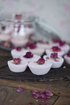 Ruususen kylpypommit, minttusokerikuorinta, laventelikylpysuola, käsintehdyt saippuat tai huulirasvat. Ihania lahjoja kaikki-nappaa alta parhaat ideat itsetehtyihin lahjoihin. Homemade Cosmetics, Diy Beauty, Panna Cotta, Diy And Crafts, Ethnic Recipes, Desserts, Food, Makeup, Tailgate Desserts