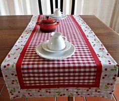 perfect for summer - other color ginghams as well! Table Runner And Placemats, Burlap Table Runners, Table Runner Pattern, Quilted Table Runners, Quilting Projects, Sewing Projects, Techniques Couture, Tablerunners, Sewing Table