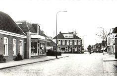 Plein gezien vanuit Kerkstraat in de tijd dat ik op lagere school zat. Recht vooruit het Wapen van Friesland met als cafebaas en taxibedrijf buurman Bouwhuis. Rechts het Witte Huis met als buurman Kruiper. Achter de Drogisterij van buurman De Lange de bakkerij van buurman Van der Werf.