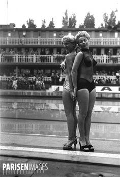 Présentation de maillots de bain. Paris, piscine Molitor, juin 1951.