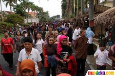 Di Festival Malang Kembali, pengunjung disuguhi berbagai stan makanan, mainan, seni budaya jadul yang menarik.