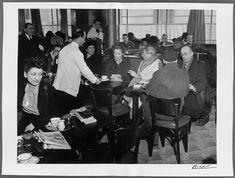 Picasso au Café de Flore, Paris, 1939. Brassaï