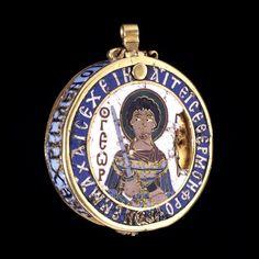 """Pendente - XIII secolo circa - oro smaltato - da Thessaloniki, Grecia - British Museum, Londra. Riusciamo a capire la storia che sta dietro a questo pendente solo grazie alle iscrizioni sopra di esso. Grazie alle lettere rosse """"θγεωρ"""", che possiamo tradurre con """"Giorgio"""" possiamo intendere che il busto qui rappresentato è proprio quello di San Giorgio. Anche la scritta che compie tutta la circonferenza dell'oggetto ci da delle informazioni a riguardo, infatti possiamo tradurle con """"colui che…"""