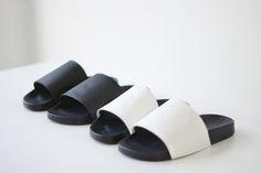 Move over high heels! Platte schoenen zijn het hélemaal deze zomer. En dan met name de sandaal. Bij Céline, J.W. Alexander en Givency hebben we de chunky sandals al gespot. De trend dit voorjaar: wit, clean en minimalisme. Geen budget voor een designerslipper? Dan hebben we goed nieuws, want je oude Adidas Adilettes - of die van je vader, vriend of broer - tover je in no time om te Céline inspired minimal sandals.