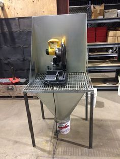 Chop saw metal/wood Welding Bench, Welding Cart, Welding Shop, Metal Welding, Diy Welding, Welding Design, Metal Working Tools, Metal Tools, Metal Art