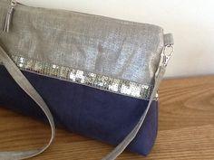 Sac bandoulière en lin enduit argenté et suédine bleu avec paillettes argent : Sacs bandoulière par lesfilsdisa