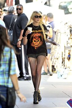 Taylor Momsen drinking a coffee in an Iron Maiden shirt Taylor Momsen Band, Taylor Momsen Style, Steam Punk, Band Shirt Outfits, Taylor Momson, Rock Star Outfit, Iron Maiden T Shirt, Gossip Girl Outfits, Gossip Girls