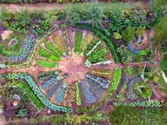 The mandala garden at Le Ferme du Bec Hellouin in Normandy France an experiment in how to grow the most food possible in the most ecological way possible and create a farm model that can carry us into a post-carbon future Potager Bio, Potager Garden, Veg Garden, Edible Garden, Permaculture Garden, Gardening Vegetables, Growing Vegetables, Garden Beds, Container Gardening