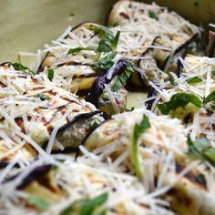 Gevulde auberginerolletjes met risotto, zongedroogde tomaatjes, spinazie en basilicum uit de oven
