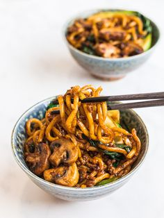 how to stir fry Yaki udon is an easy Japanese stir fried udon noodle recipe ready in 20 minutes! Stir fried udon noodles with a savory 5 ingredient yaki udon noodle sauce. Chicken Udon Noodles, Vegetarian Dinners, Vegan Udon Noodle Recipe, Recipes With Udon Noodles, Udon Recipes, Udon Soup Recipe, Japanese Vegetarian Recipes, Noodles, Pastries