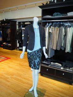 Sportlicher Blazer aus Baumwolle, Kurzarm-Shirt aus Seide, Stylischer Jacquard-Rock von Marc Cain #marccain #outfit #itsfashion
