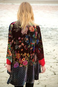 The Johnny Was DREAM KIMONO Jacket is the perfect boho layering piece! This velvet kimono jacket features a colorful patchwork print that combines floral and geometric elements on silk velvet, cut for a luxuriously draped fit. Hippy Chic, Boho Chic, Bohemian Mode, Bohemian Style, Johnny Was Clothing, Boho Fashion, Fashion Outfits, Hippie Style, Pretty Outfits