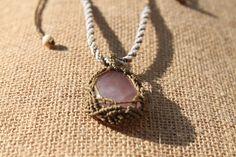 Collar en macrame con piedra cuarzo rosa y dos cuentas, con un engarce muy especial y bonito. El cierre es con un nudo corredizo ajustable a la medida deseada.