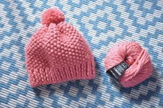 Tuto tricot : un bonnet en chrono ! – Formally Informal by Julie Duval - La Grenade - - Tuto tricot : un bonnet en chrono ! – Formally Informal by Julie Duval Tuto tricot : un bonnet en chrono ! – Formally Informal by Julie Duval - Preemie Crochet, Bonnet Crochet, Crochet Beanie, Diy Crochet, Crochet Baby, Patron Crochet, Baby Hats Knitting, Knitting For Kids, Lace Knitting
