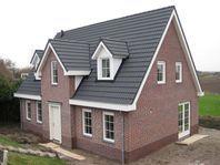 prefab landelijke woning aan dijk in Maasdam