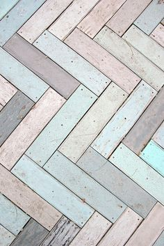 Des teintes douces, sur le thème de la plage, ont été choisies pour la coloration des bois utilisés pour faire un parquet à chevrons. Les tons pastels sont de rigueur : viiolet, lilas, bleu pâle, vert d'eau.