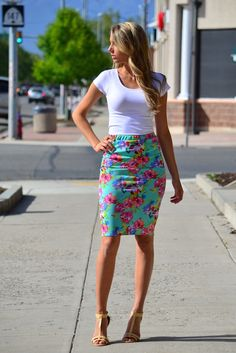 Spring floral pencil skirt - my sisters closet things to wear moda para dam Summer Work Outfits, Casual Work Outfits, Mode Outfits, Work Attire, Skirt Outfits, Spring Outfits, Outfit Work, Summer Wear, Fashion Mode