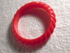 Vtg-Red-Lucite-Old-Plastic-Twisted-Deeply-Carved-Molded-Bangle-Bracelet
