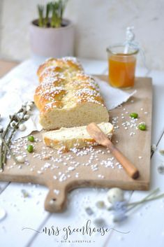 No Easter without Easter braid ! The best recipe for a delicious yeast braid can be found on mrsgreenhouse.de No Easter without Easter braid ! The best recipe for a delicious yeast braid can be found on mrsgreenhouse. Easy Easter Desserts, Kid Desserts, Healthy Dessert Recipes, Easter Recipes, Chocolate Banana Bread, Chocolate Pastry, Angel Food Cake, Savory Pastry, Choux Pastry