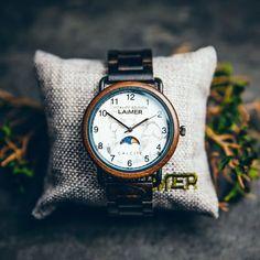 Vysoko kvalitné santalové drevo a bielosivý polodrahokam kalcit dokonale dopĺňajú minimalistický dizajn týchto hodiniek. Kalcit je kameňom nádeje. Hovorí sa, že dodáva svojmu nositeľovi sebavedomie a poháňa ho vpred. Podporuje duševný vývoj, posilňuje kreativitu a pamäť, intelektuálnu silu, podporuje sebavedomie, vytrvalosť a dodáva energiu.   #calcit#drevenehodinky#woodenwatch#wood#doplnky#outfit#hodinky#kalcit#kamen#mineral#drevo#priroda Wood Watch, Watches, Accessories, Wooden Clock, Wristwatches, Clocks, Jewelry Accessories