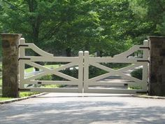 5 Awesome Farmhouse Driveway Entrance Gate Ideas Decoredo With Color Combinations. The Farm, Tor Design, Fence Design, Driveway Design, Farm Gate, Farm Fence, Front Gates, Entry Gates, Driveway Entrance