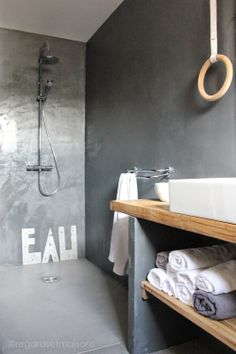 Salle de bain bois et béton, douche à l'italienne | Wood and concrete bathroom, walk-in shower