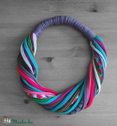 T-shirt yarn necklace - La boutique de cirrhopp Yarn Necklace, Fabric Necklace, Scarf Jewelry, Textile Jewelry, Fabric Jewelry, Necklaces, Jewelry Crafts, Jewelry Art, Handmade Jewelry