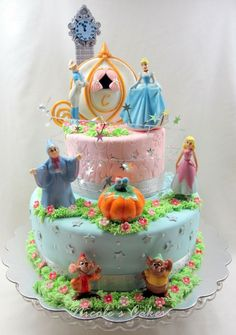 Torta con muchos detalles y personajes
