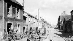 Paracaidistas  del Ejército de EE.UU. de la 101 División Aerotransportada conducen un  Kubelwagen alemán capturado en el Día D en el cruce de la calle Holgate y  RN13 en Carentan