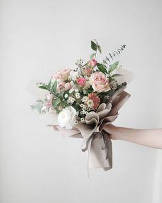 졸업식 꽃다발 :) @monaflos 카톡. monaflos #모나플로스 #monaflos #플로리스트 #플라워클래스 #플라워레슨 #졸업식꽃다발 #플라워아카데미 #flower #천호동꽃집 #남양주꽃집 #화도꽃집 #마석꽃집 #호평꽃집… Diy Wrapping Flowers, How To Wrap Flowers, How To Preserve Flowers, My Flower, Flower Art, Floral Bouquets, Floral Wreath, Graduation Flowers, Hand Bouquet