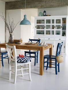 Comedor de aires marineros con mesa en madera y sillas en azul y blanco Greek Decor, Grey Dining Tables, Wooden Room, Dinner Room, Interior Decorating, Interior Design, Cozy House, Room Interior, Sweet Home