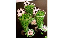 Para o tema futebol, balas verde e uma bola dão um efeito bem legal para centros de mesa. Foto: Pinterest/Huda