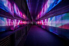 """""""Los pixeles que cruzan"""", una instalación lúminico-artística con luces LED que transforma un túnel urbano en una experiencia única."""