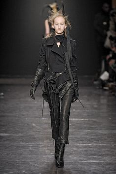 Ann Demeulemeester at Paris Fashion Week Fall 2011 Stylish Outfits, Black Outfits, Couture Fashion, Paris Fashion, Total Black, London Underground, Ann Demeulemeester, Rock Style, Ready To Wear