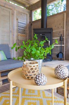 Decoraties zijn niet alleen mooi om te zien, maar ze brengen ook nog eens sfeer in een kamer.  #decoratie #interieur #styling #veranda #glamping #stoerbuiten Surf Lodge, Glamping, Ibiza, Planter Pots, Surfing, Go Glamping, Surf, Surfs Up, Ibiza Town