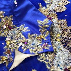 * ブルー✨ . 沢山のアメジストトパーズ✨ダイヤモンド✨ .散りばめられたクリスタル✨ . 宝石箱をひっくり返したような華やかな飾り付けです . 陽の光に当たった宝石達が部屋の壁に反射して幻想的な空間が✨ . 美しいです . . #ballet #costume #tutu #blue #gold #jewelry #handmade #バレエ #バレエ衣装 #バレエ衣装製作 #バレエ衣装オーダー #オーダーメイド #青 #金 #銀 #宝石 #バレエコンクール #バレエ発表会 #手作り