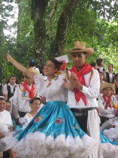 Jóvenes luciendo el traje típico para ejecutar el baile del sanjuanero caqueteño. Colombia
