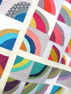 Modern Quilt with improvisational curve cutting: Stories We Tell de Natalie Sabik