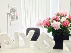 Blumen für frühlingshafte Atmosphäre im Office  #flowers