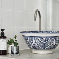 Fantastiskt fint badrum med handfat från Marrakech på betongbänkskiva. #tillsalu #bagaregården #bagaregårdsgatan #55kvadrat #femtiofemkvadrat #badrum #handfat #betong #marrakech #2rok @fotografjonasberg @stilorum
