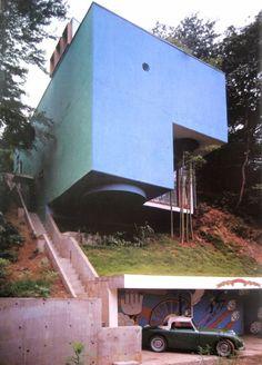 De Blue Box House een ontwerp van Mayumi Miyawaki uit 1971 inclusief zitkuil die zelfs van onderen te zien is.