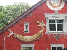 Die Beschriftung des Restaurants wurde direkt auf die Fassade geschrieben bzw. gemalt.