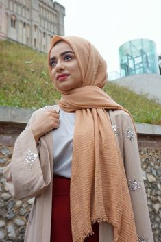PRODUCT DESCRIPTIONThe latest fashion craze and a style that has been worn by hijab bloggers such as Habiba Da Silva. The crimp hijab is the plain hijab that is currently on trend and looks great with any outfit! Very light and no need to iron, making life so much easier when you are on the go! #hijabs #scarves #hijabstyle #chichijab #muslimfashion #crimphijabs #scarves
