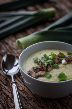 Kartoffel-Lauch-Cremesuppe mit geschmorten Champignons und Frühlingszwiebeln via @bevegt