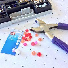 Tutorial : Using Prym Vario Pliers to Insert 'Love' Snaps, Jean Rivets and Denim Hardware Sewing Tutorials, Sewing Hacks, Sewing Tips, Art Gallery Fabrics, Buttonholes, Love S, Tricks, Hardware, Fun